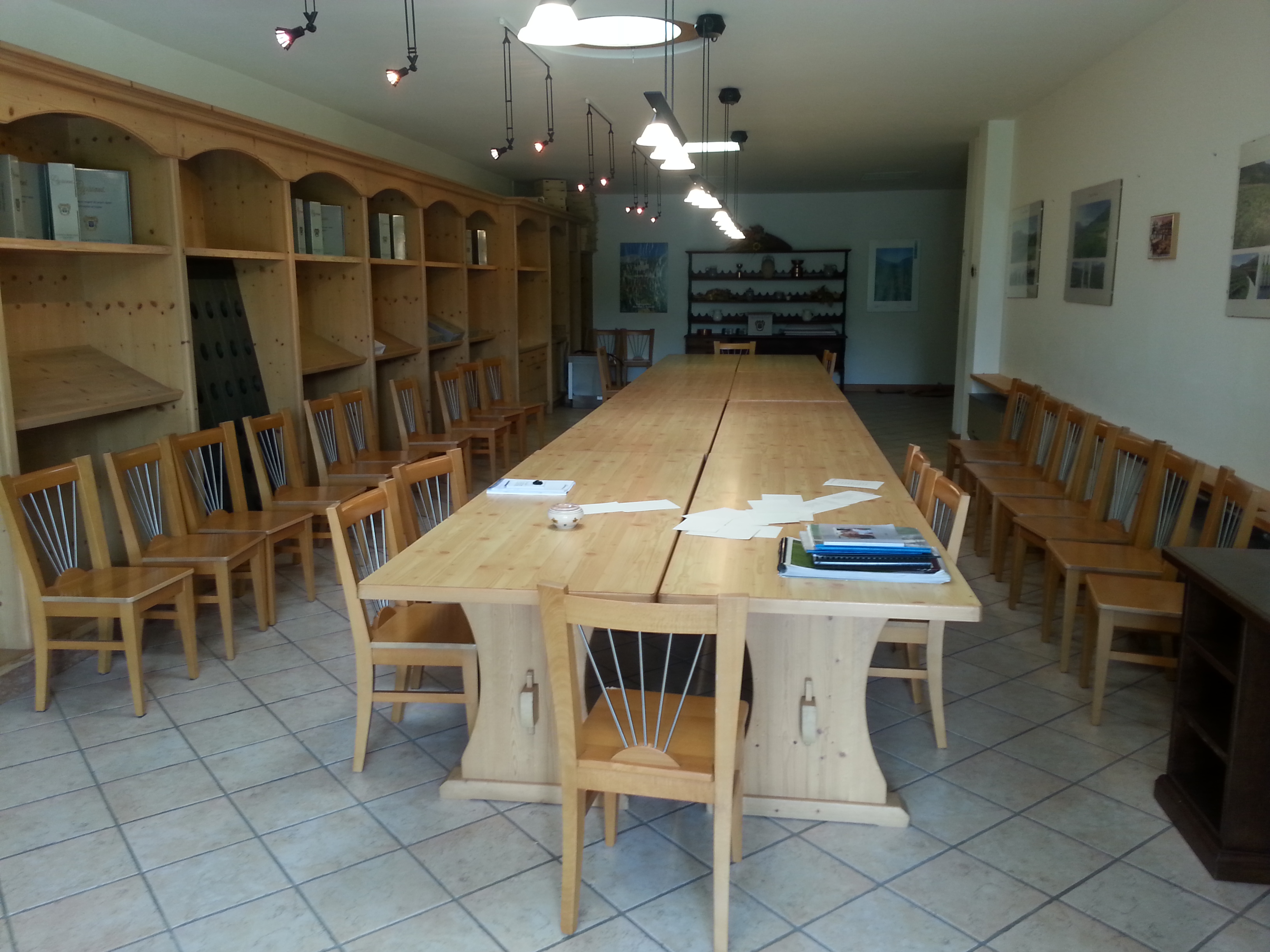 Arredamento completo sala degustazione anno n d su for Sala arredamento